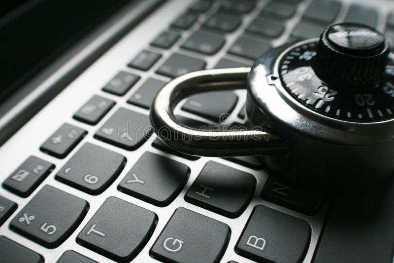 Cybersäkerhet i svartvitt med låset på datortangentbordet royaltyfri fotografi