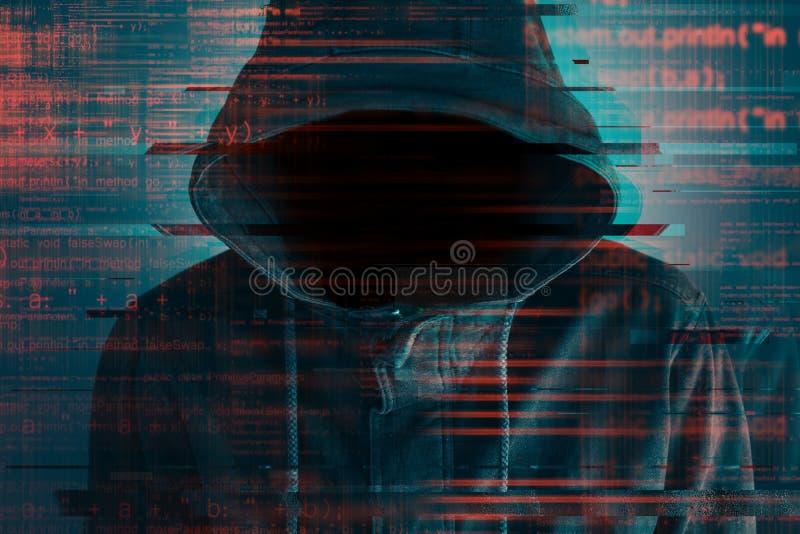 Cybersecurity, χάκερ υπολογιστών με το hoodie στοκ εικόνα