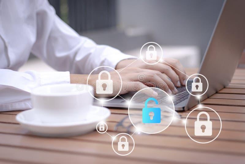 Cybersecurity e protezione dei dati personale online, sicurezza cyber su Internet fotografia stock