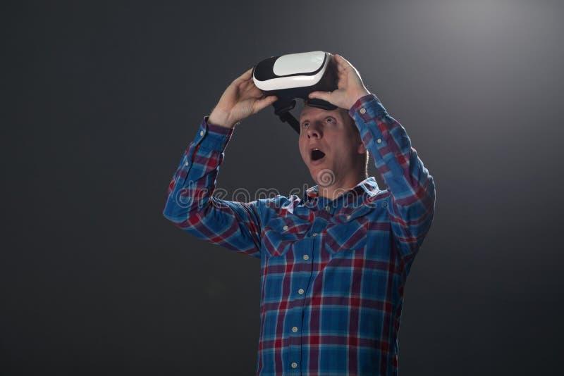 Cyberspace en mensenconcept - gelukkige jonge mens met virtuele rea royalty-vrije stock foto's