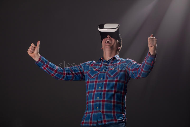 Cyberspace en mensenconcept - gelukkige jonge mens met virtuele rea stock foto's