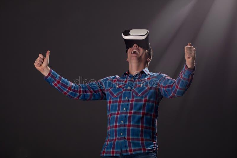 Cyberspace- och folkbegrepp - lycklig ung man med faktisk rea arkivfoton