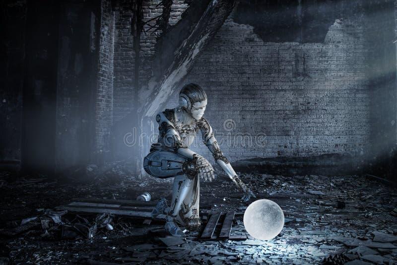 Cyborg kobiety srebny obsiadanie na jeden ono u?miecha si? i kolanie obrazy royalty free