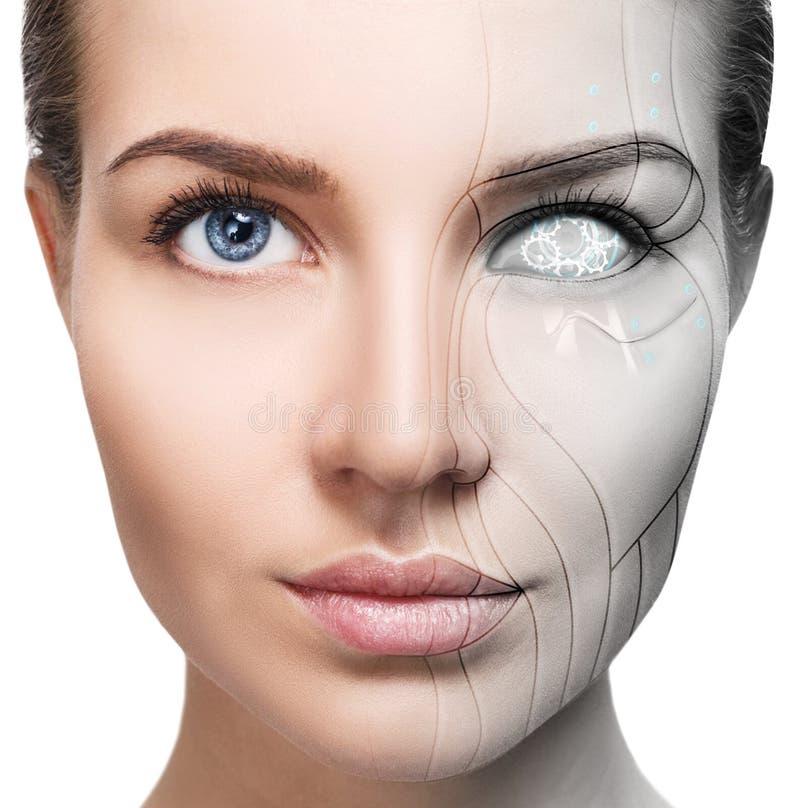 Cyborgkvinna med maskindelen av hennes framsida arkivfoton