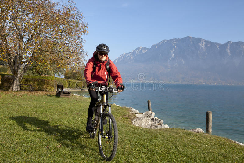 Cyckling por Lago Mondsee imagem de stock