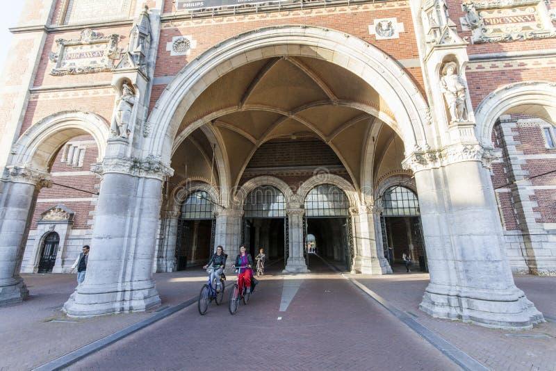 Cyclingpath debaixo do Rijksmuseum famoso Amsterdão foto de stock royalty free