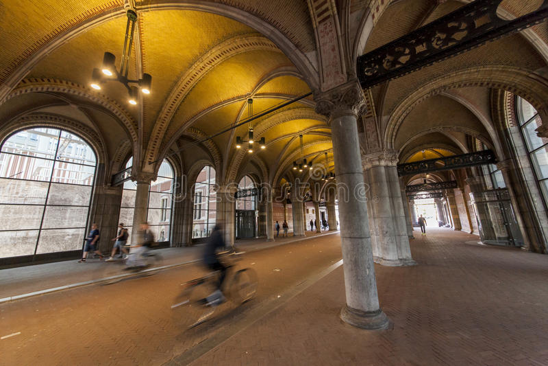 Cyclingpath debaixo do Rijksmuseum famoso Amsterdão fotos de stock royalty free