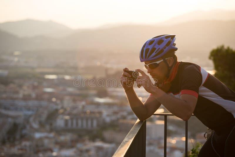 Cyclist Scatta Immagini Con Smart Phone Viaggiatori Fanno Foto Su Smartphone, Usano Il Telefono In Mano E Viaggiano Blogger. Uomo immagini stock libere da diritti