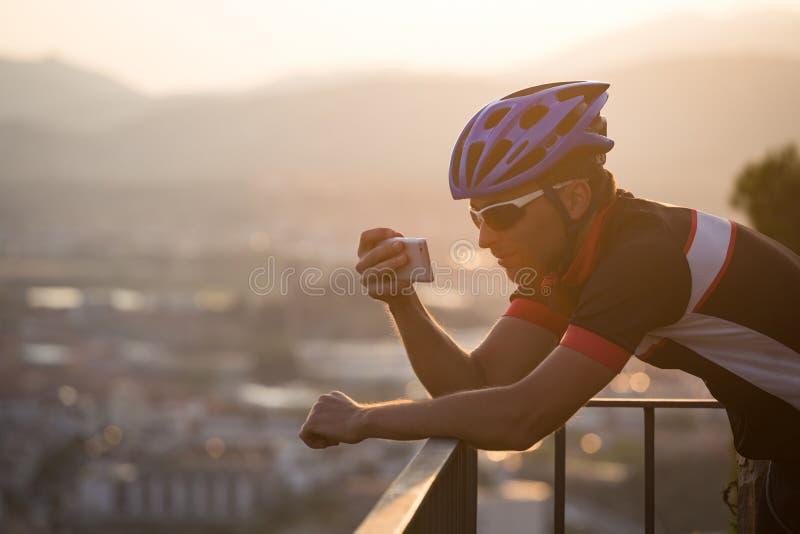 Cyclist Scatta Immagini Con Smart Phone Viaggiatori Fanno Foto Su Smartphone, Usano Il Telefono In Mano E Viaggiano Blogger. Uomo immagine stock