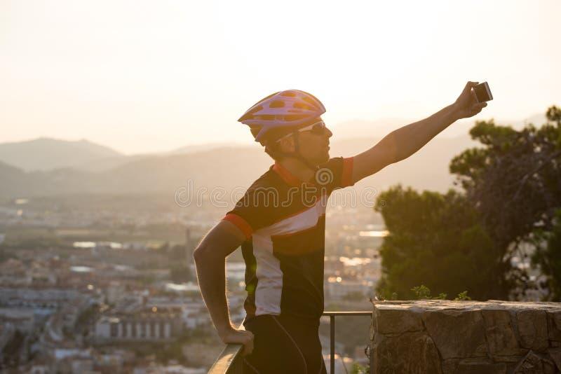 Cyclist Scatta Immagini Con Smart Phone Viaggiatori Fanno Foto Su Smartphone, Usano Il Telefono In Mano E Viaggiano Blogger. Uomo fotografia stock libera da diritti