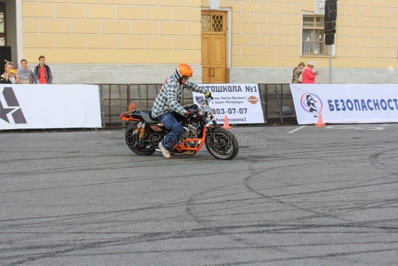Download Cycliste écrivant le tour photo éditorial. Image du groupe - 77163586