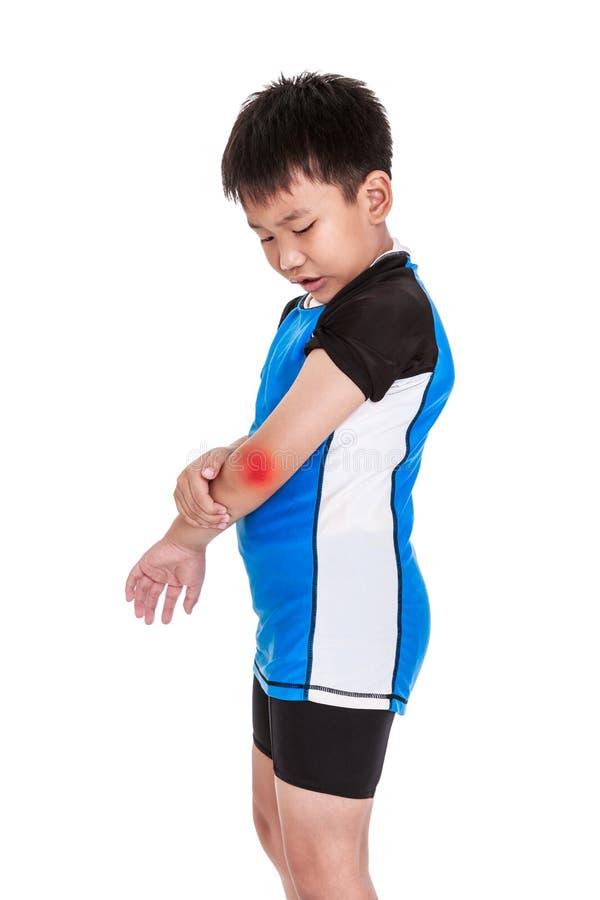 Cycliste asiatique d'enfant blessé au coude D'isolement sur le backgr blanc image libre de droits