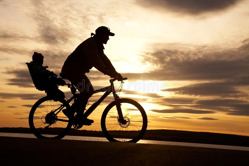 Cycliste Avec L Enfant Photographie stock