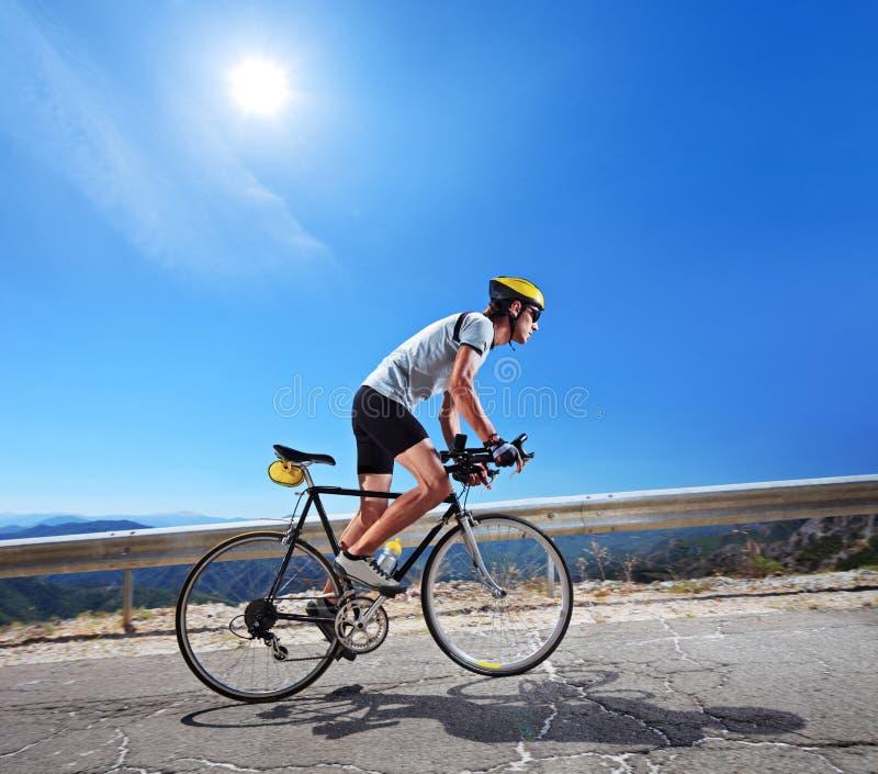 Cycliste conduisant une bicyclette en Macédoine image libre de droits