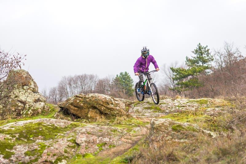 Cycliste d'Enduro montant le vélo de montagne photos stock