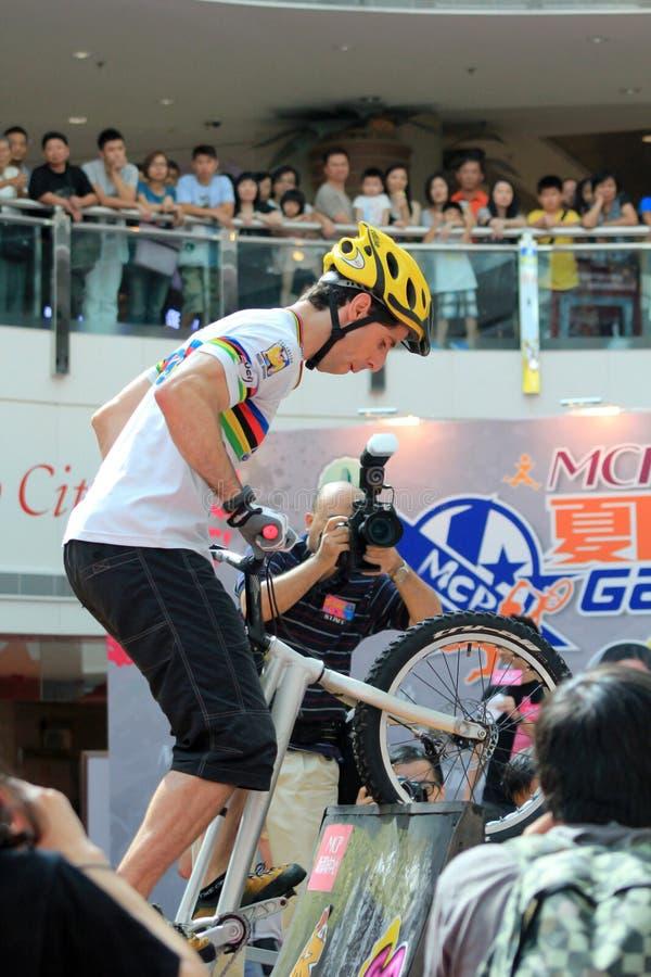 Cycliste d'essai au centre commercial image stock
