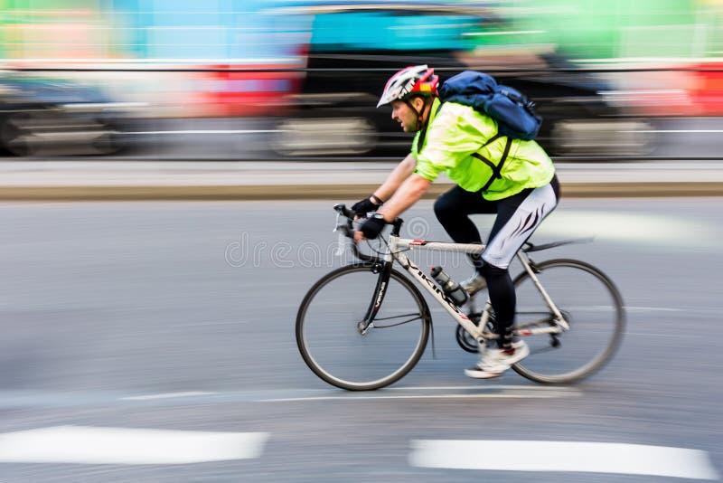 Cycliste dans la tache floue de mouvement dans la circulation urbaine de Londres, R-U photos stock