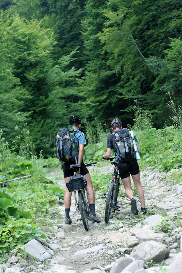 cycliste dans les montagnes photographie stock
