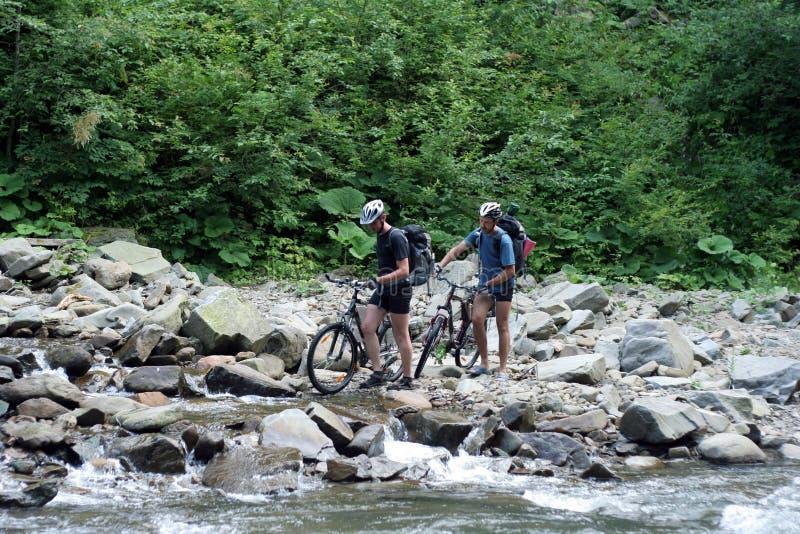 cycliste dans les montagnes image stock