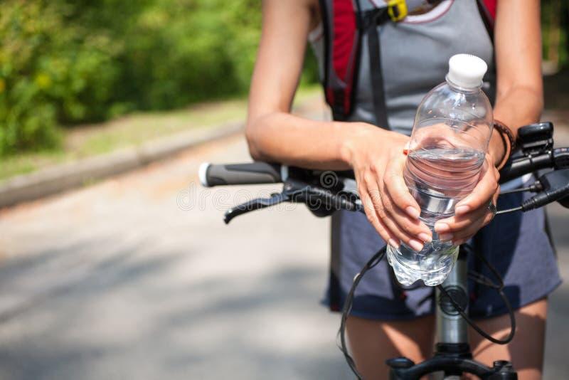 Cycliste de femme avec la bouteille d'eau photo libre de droits