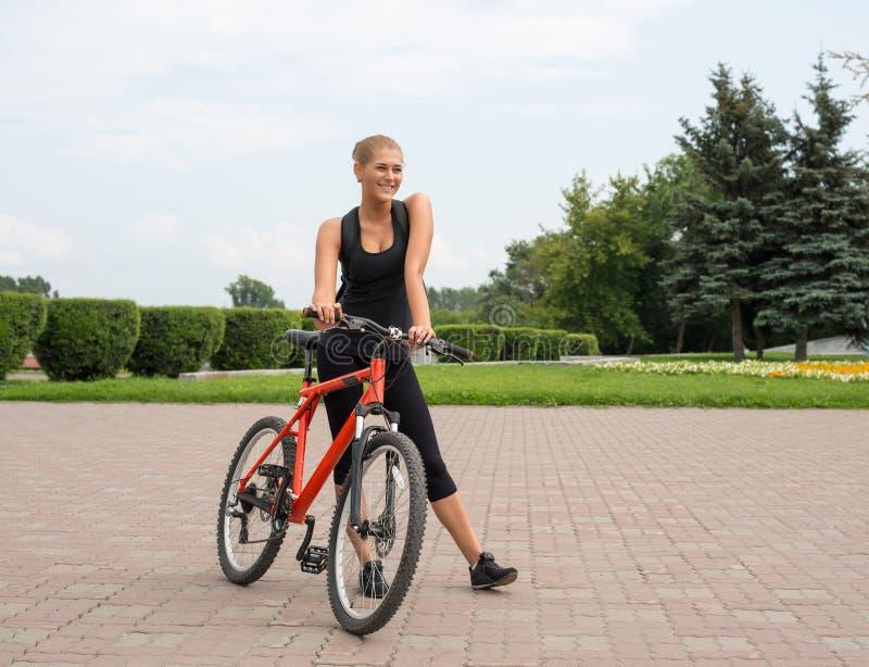 Cycliste de fille photo stock