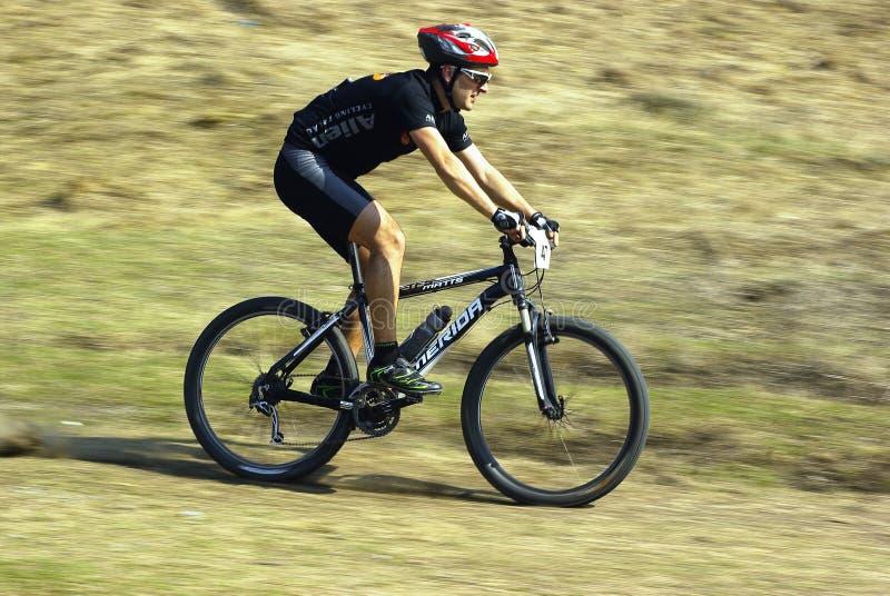 Cycliste de montagne à une concurrence images libres de droits