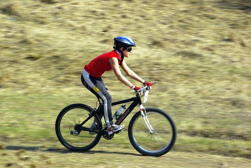 Cycliste de montagne à une concurrence photos libres de droits