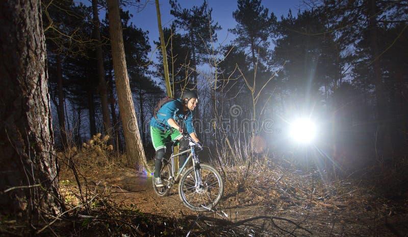 Cycliste de montagne au coucher du soleil image stock