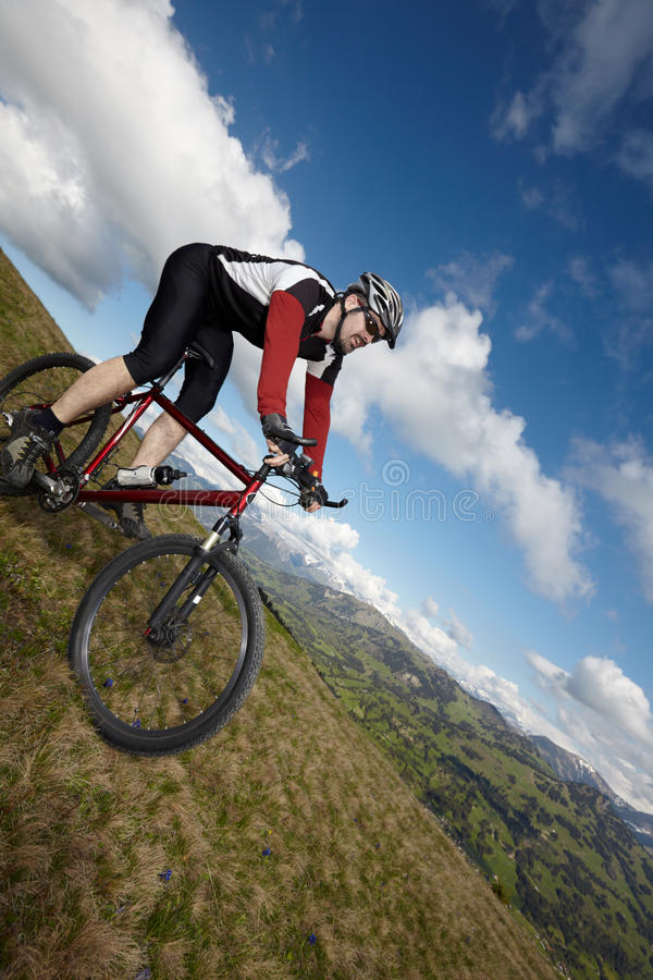 Cycliste de montagne avec la vue photos libres de droits