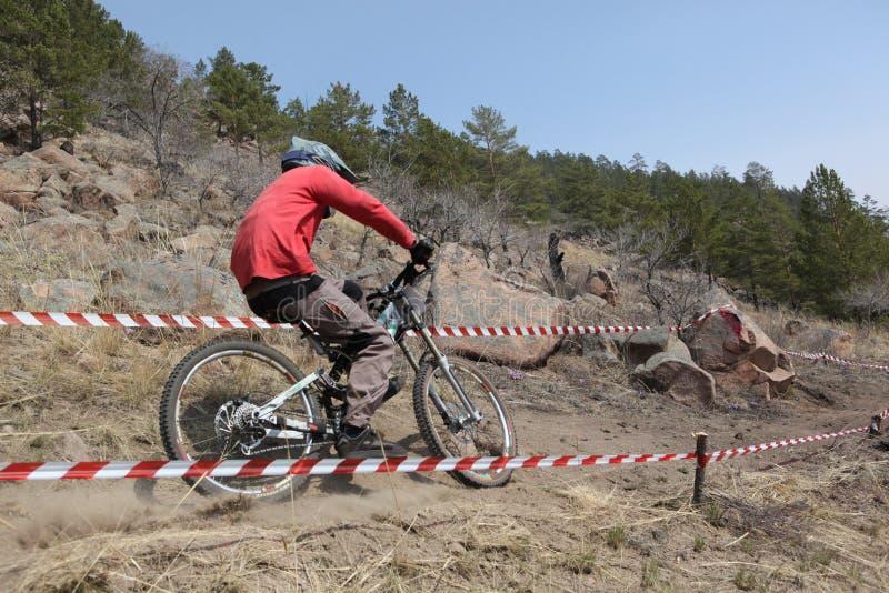 Cycliste de montagne - en descendant image stock
