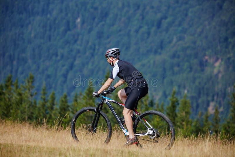 Cycliste de montagne sur des traînées photos stock