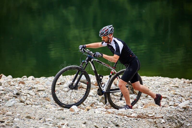 Cycliste de montagne sur des traînées photo libre de droits