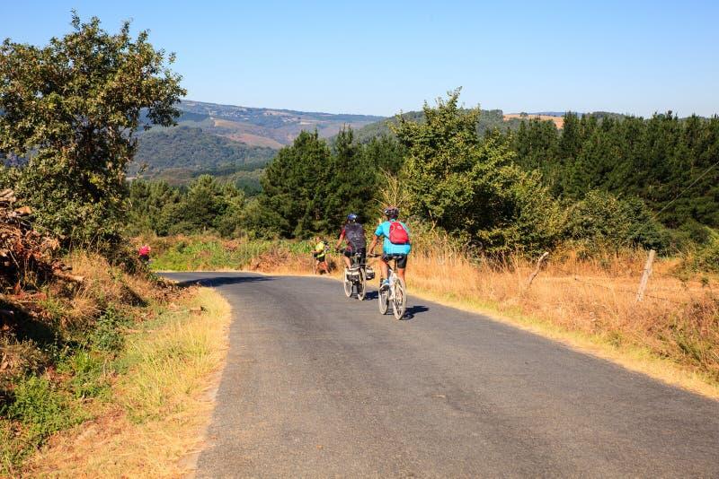 Cycliste de Pilgrimn le long de la route de St James images stock