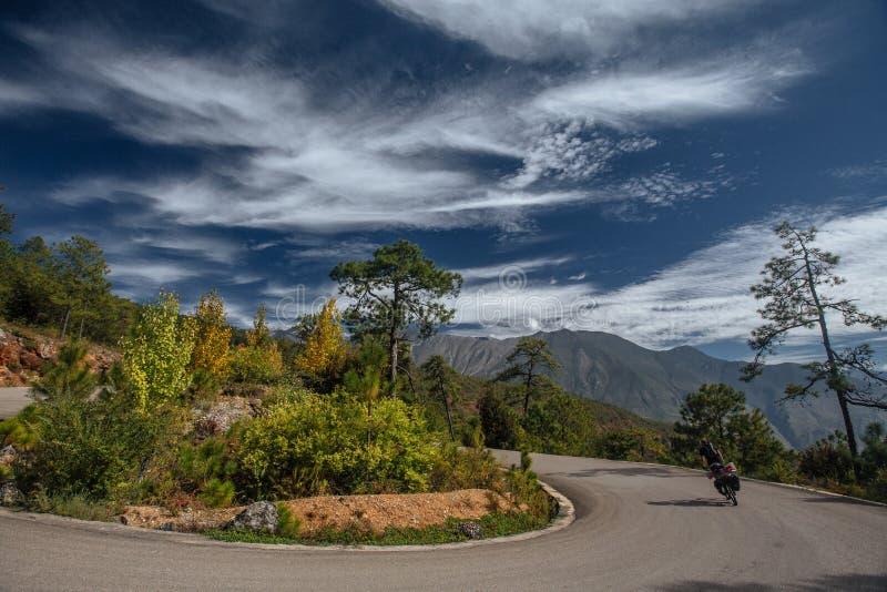 Cycliste en Himalaya, Chine, Thibet photo libre de droits