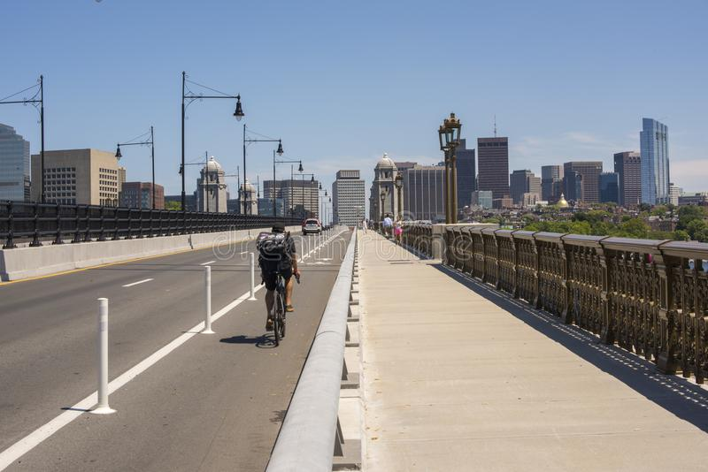 Cycliste et piétons non identifiés sur le pont historique de Longfellow photos stock