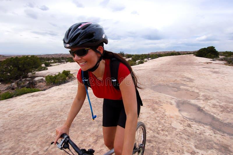 Cycliste féminin de montagne photo libre de droits