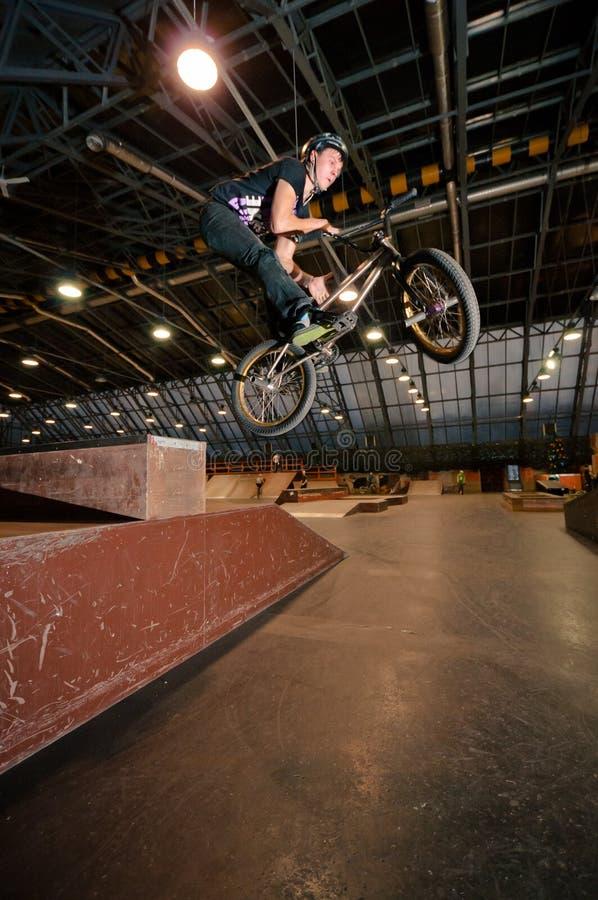 Cycliste faisant le tour de baisse de rotation de bar photo libre de droits