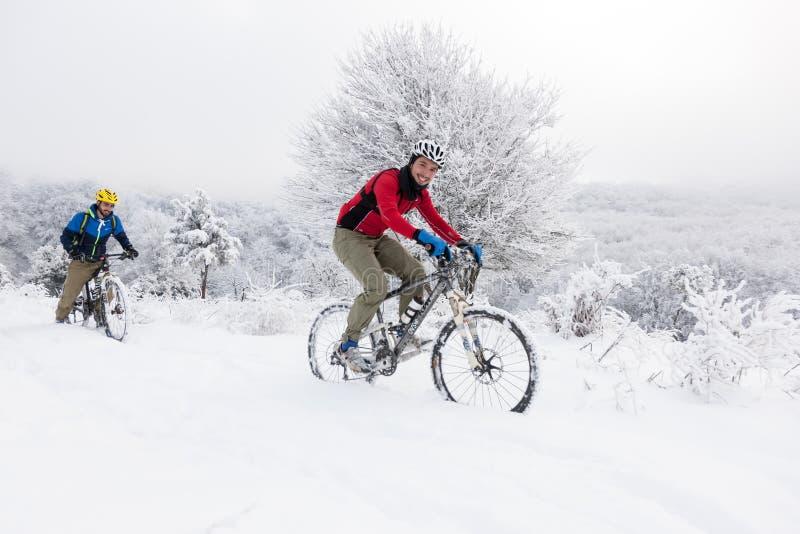 Cycliste inconnu en hiver dans un paysage neigeux image libre de droits
