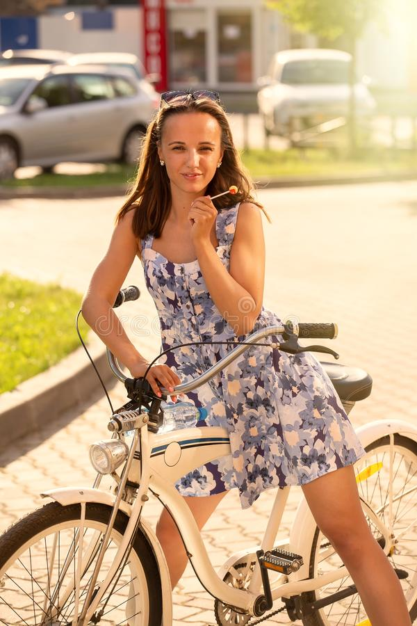 Cycliste mignon de fille photo stock