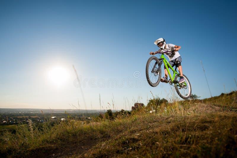 Cycliste montant en descendant sur le vélo de montagne sur la colline photo stock