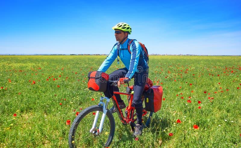 Cycliste par Camino De Santiago dans la bicyclette photos stock