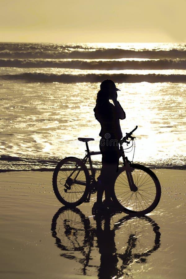 Cycliste par la plage photos libres de droits