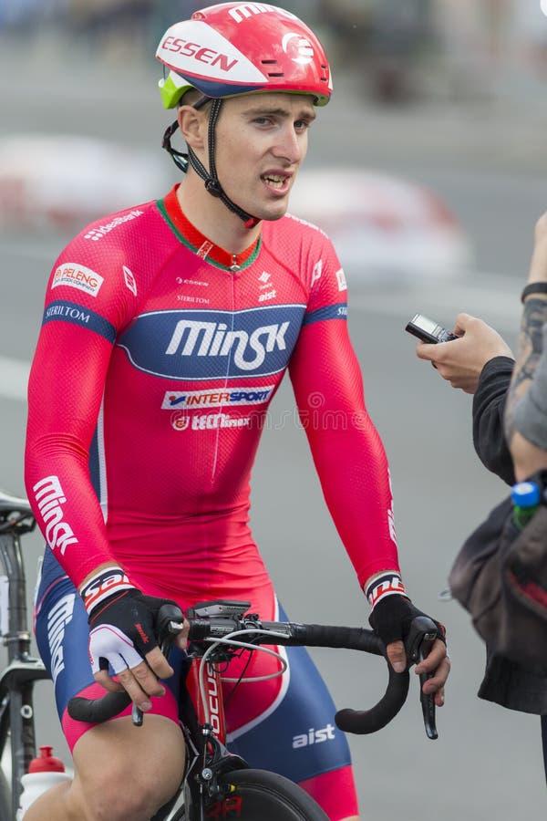 Cycliste professionnel Evgeny Korolek Poses de route en tant que gagnant de la concurrence de recyclage Grand prix Minsk-2017 de  photos libres de droits