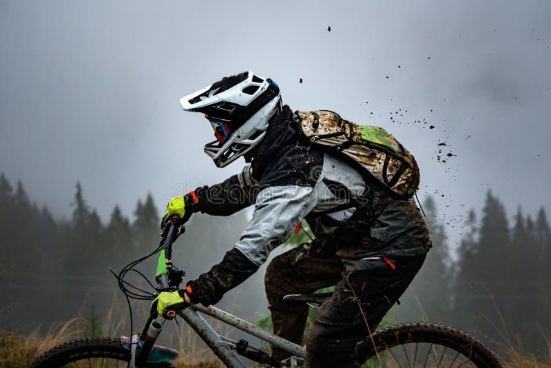 Cycliste professionnel montant le vélo de montagne en bas de Rocky Hil images stock