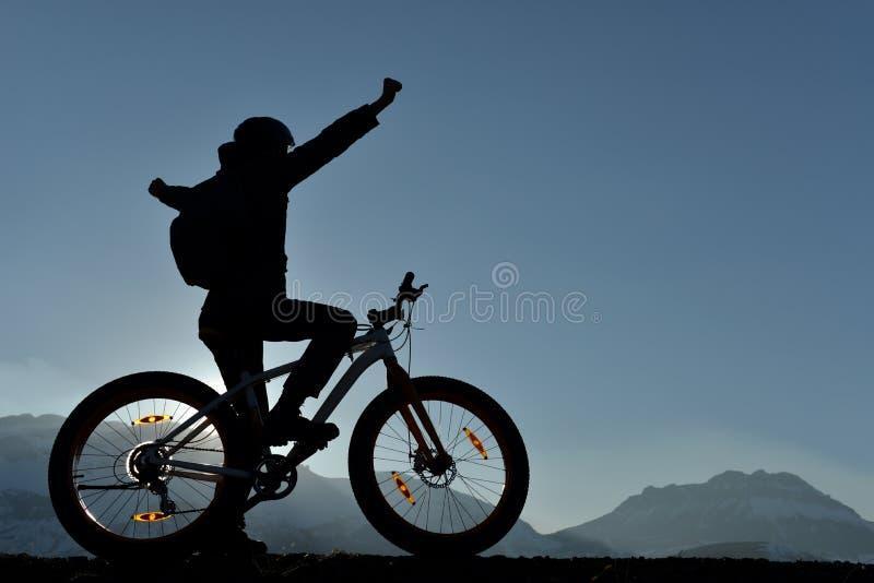 Cycliste réussi voyant de nouveaux endroits photo stock