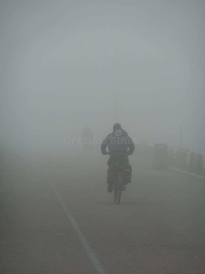 Cycliste solitaire un jour brumeux images libres de droits