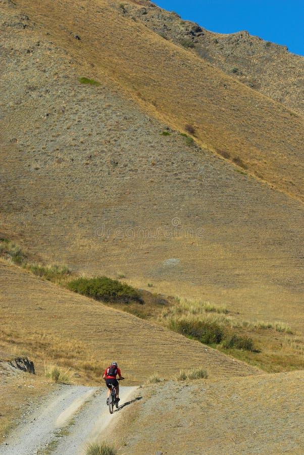 Cycliste sur la route rurale photos stock