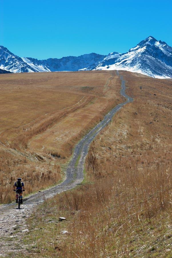Cycliste sur la route rurale photo stock