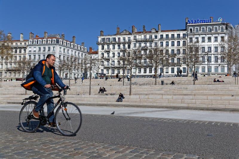 Cycliste sur le Berges du le Rhône à Lyon photo stock