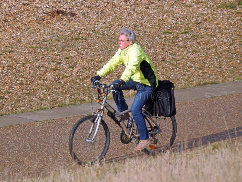 Cycliste sur le chemin de plage photographie stock